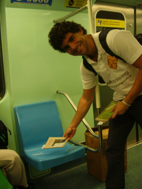 Livro liberto no metrô