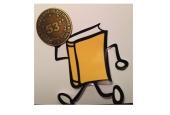 Ballycumber, o mascote do BookCrossing, segura a Medalha recebida