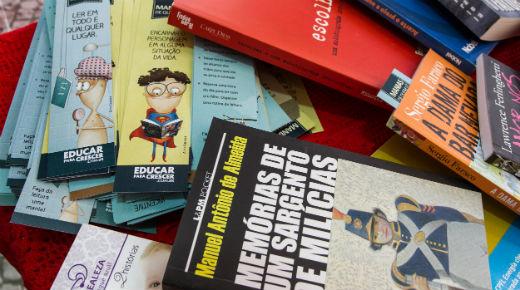 É possível encontrar outras maneiras de espalhar a mania de leitura. Projetos de troca de livros são uma das saídas